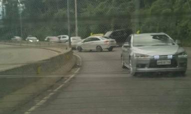 Carros voltaram na contramão na Estrada Grajaú-Jacarepaguá Foto: Reprodução