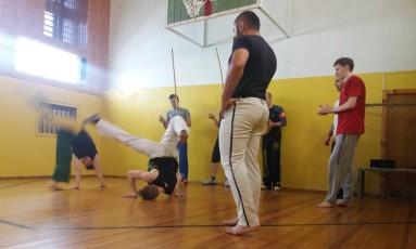 Aula de capoeira em Moscou reúne russos apaixonados que aprendem o português e recebem nome brasileiro na hora do batismo Foto: Gian Amato / Gian Amato