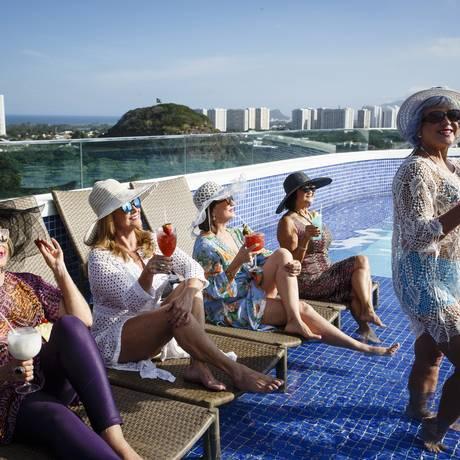 Idosas curtem o day use no Americas Barra Hotel Foto: Fernando Lemos / Agência O Globo