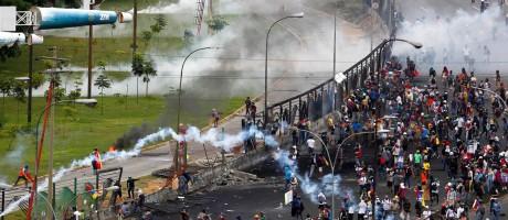 Manifestantes protestam no perímetro da base aérea onde um jovem morreu com um disparo à queima-roupa em Caracas, Venezuela Foto: CHRISTIAN VERON / REUTERS