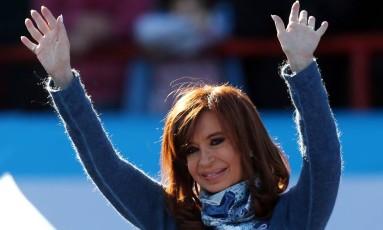 A ex-presidente argentina Cristina Kirchner acena durante um comício em Buenos Aires Foto: MARCOS BRINDICCI / REUTERS