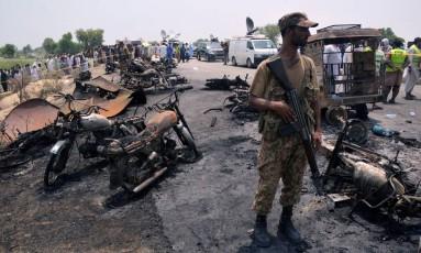 Um soldado monta guarda na cena da explosão de um caminhão-tanque no Paquistão Foto: STRINGER / REUTERS