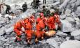Equipes de resgate procuram sobreviventes entre os escombros Foto: CHINA STRINGER NETWORK / REUTERS