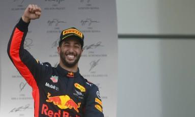 Daniel Ricciardo comemora a vitória no GP do Azerbaijão Foto: Darko Bandic / AP