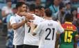 Jogadores da Alemanha comemoram gol sobre Camarões Foto: PATRIK STOLLARZ / AFP