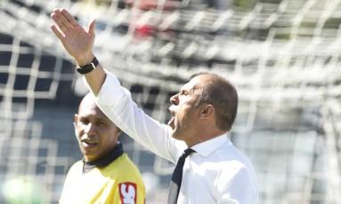 Milton Mendes orienta a equipe durante a partida em São Januário Foto: ANTONIO SCORZA / Agência O Globo