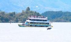 Imagens mostram momento de que barco turístico começa a afundar em represa na Colômbia Foto: Reprodução