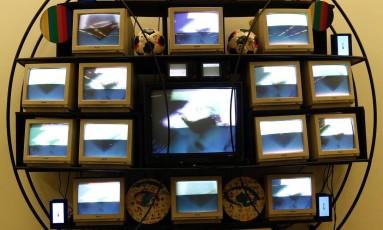 """Obra """"Sfera/Punto eletrônico"""" durante a montagem da mostra de Nam June Paik no Oi Futuro Foto: Futuro Gustavo Miranda/ / Agência O Globo"""