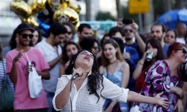 Ava Rocha se apresenta na orla de Ipanema em comemoração aos 20 anos da Farm Foto: Gustavo Miranda / Agência O Globo