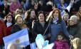 Apoio. Ex-presidente canta o hino nacional junto com seus eleitores: apostando na imagem de candidata mais humana, Cristina quer denunciar consequências do ajuste econômico de Macri