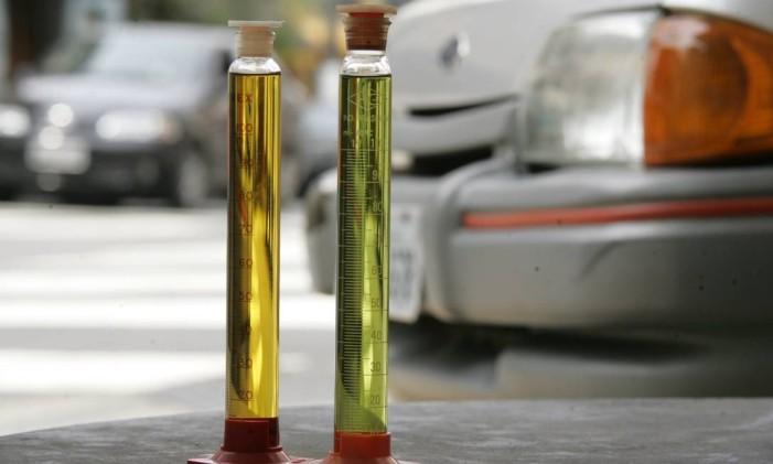 Gasolina aditivada verde e comum amarela Foto: Lawrence Bodnar / Agência O Globo