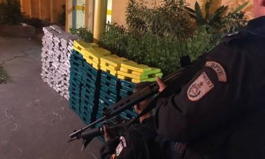 Agentes do Batalhão de Policiamento em Vias Expressas (BPVE) da Polícia Militar chegaram até o carregamento de maconha através de denúncia. Foto: Divulgação / BPVE
