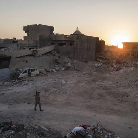 Um soldado iraquiano caminha em localidade na zona oeste de Mossul Foto: Felipe Dana / AP