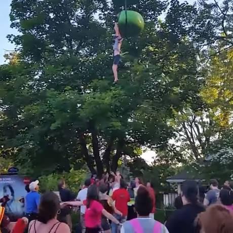 Adolescente despencou de gôndola de teleférico em parque de diversões Foto: REPRODUÇÃO/YOUTUBE