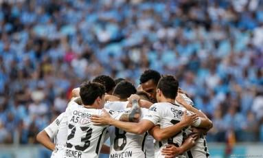 Jogadores do Corinthians se abraçam após o gol de Jadson: força coletiva Foto: Rodrigo Gazzanel /Agência Cori/Divulgação Corinthians