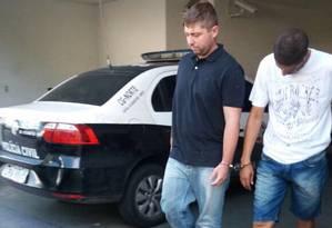O dentista Thiago Medeiros (de preto), apontado como assassino da ex-namorada que estava grávida Foto: Vera Araújo / Agência O Globo
