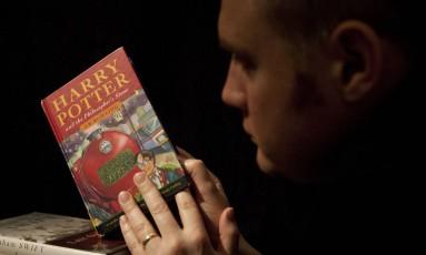 """Primeira edição de """"Harry Potter e a pedra filosofal"""", lançada há 20 anos Foto: Matt Dunham / AP"""