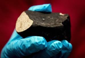 O meteorito caiu sobre o telhado de um galpão em janeiro deste ano Foto: KOEN VAN WEEL / AFP