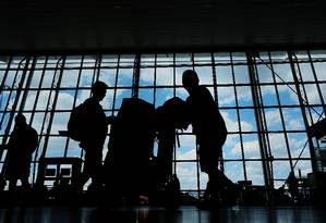 Pessoas caminham nos terminais do aeroporto internacional John F. Kennedy (JFK), em Nova York Foto: SPENCER PLATT / AFP