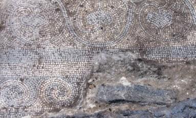 Partes do piso encontrado nas escavações Foto: Reprodução Internet
