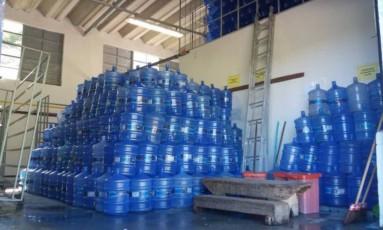 Galões em depósito da empresa de água mineral Hydratta, em Magé Foto: Divulgação
