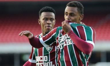 Wendel beija o escudo do Fluminense ao marcar um golaço contra o São Paulo Foto: Divulgaçao - Fluminense