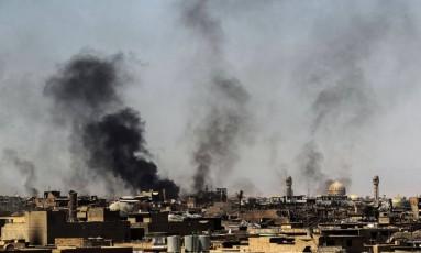 Fumaça toma a cidade velha de Mossul, no Iraque Foto: AHMAD AL-RUBAYE / AFP