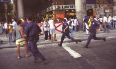 Policiais foram agredidos com pedras e barras de ferro durante operação na Rua Uruguaiana Foto: Marcelo Carnaval / Agência O Globo 23-11-1998