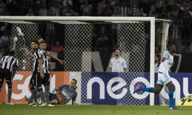 Joel, à direita, comemora seu primeiro gol diante do Botafogo Foto: Guito Moreto