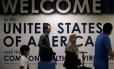 Passageiros desembarcam em aeroporto de Washington: tribunal abre exceção para estrangeiros com laços de família, propostas de trabalho ou de estudo
