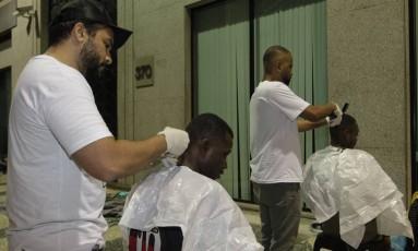Voluntários cortam cabelo de moradores de rua Foto: Pedro Teixeira / Agência O Globo