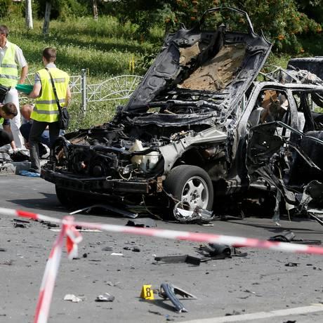 Investigadores trabalham no local da explosão de um carro-bomba que matou Maxim Shapoval, oficial da inteligência militar ucraniana Foto: VALENTYN OGIRENKO / REUTERS