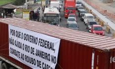 Caminhão bloqueia trecho da Avenida Brasil, na altura do Mercado São Sebastião, na Penha Foto: Fabiano Rocha / Agência O Globo