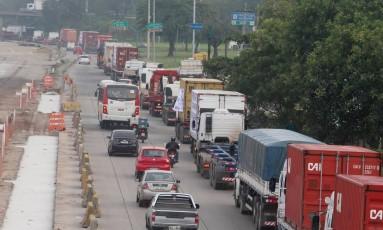 Devido ao protesto, o trânsito ficou com mais de dez quilômetros de congestionamento na via Foto: Fabiano Rocha / Agência O Globo