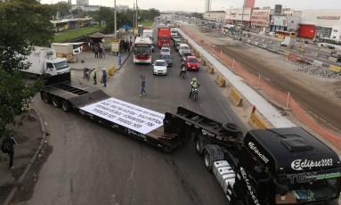 Um protesto de empresários do setor de cargas levou cerca de 100 carretas à Avenida Brasil Foto: Fabiano Rocha / Agência O Globo