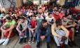 Imigrantes esperam para desembarcar na Itália após serem resgatados no mar Mediterrâneo Foto: STEFANO RELLANDINI / REUTERS