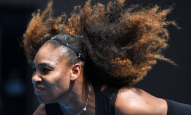 Serena Williams em ação no Aberto da Austrália de 2017, antes de anunciar um hiato das quadras por conta da gravidez Foto: William West / AFP