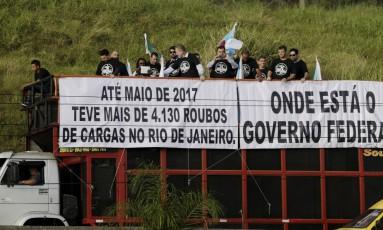 Protesto contra roubos de cargas reúne cerca de cem caminhões e percorre a Avenida Brasil Foto: Gabriel Paiva / Agência O Globo