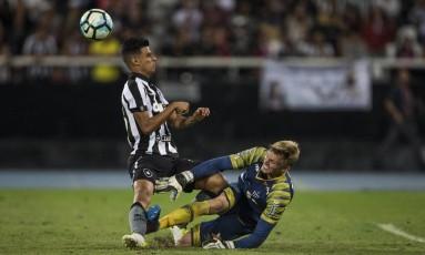 Pachu tromba com o goleiro Douglas, do Avaí: Botafogo esbarrou em mudanças características Foto: Guito Moreto / Agência O Globo