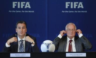 Michael Garcia, ex-líder do grupo de investigação, e Hans Joachim Ecketr, ex-chefe da Comissão de Ética da Fifa: relatório com denúncias sobre o Qatar nunca foi divulgado Foto: SEBASTIEN BOZON / AFP