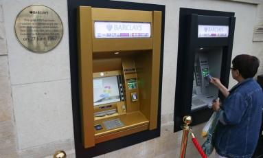 Uma placa dourada do lado de fora de um banco em Londres celebra o 50º aniversário do primeiro caixa eletrônico Foto: DANIEL LEAL-OLIVAS / AFP