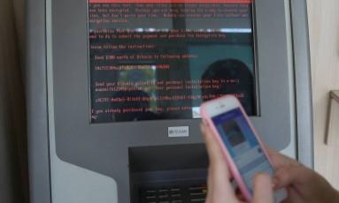 Instituições na Ucrânia foram atingidas por uma onda de ciberataques. Na foto, uma mensagem solicitando pagamento aparece em um monitor de agência bancária Foto: VALENTYN OGIRENKO / REUTERS