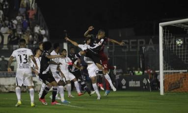 Luis Fabiano marcou de cabeça contra o Corinthians pelo Brasileiro Foto: Alexandre Cassiano / Agência O Globo