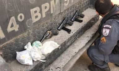 Armas e drogas apreendidas na Vila Kennedy Foto: Divulgação / Polícia Militar