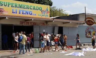 Venezuelanos saqueam supermercado em Maracay, no estado de Aragua Foto: FEDERICO PARRA / AFP