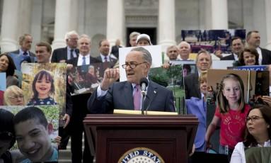 Líder da minoria democrata no Senado, Chuck Schumer se junta a outros congressistas contra proposta de substituir o Obamacare Foto: Andrew Harnik / AP