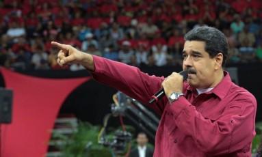 Maduro discursa para seus militantes Foto: HANDOUT / REUTERS