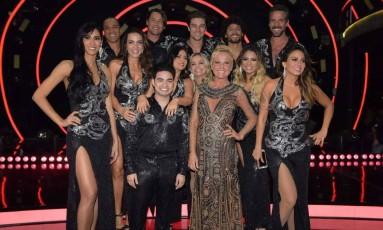Xuxa cercado pelos participantes da segunda temporada do reality Foto: Divulgação/Record