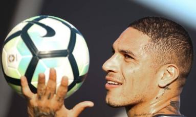 Guerrero brinca com a bola no treino do Flamengo nesta terça-feira Foto: Gilvan de Souza