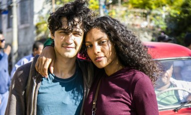 Os atores Gabriel Leone e Bárbara Reis participavam das gravações de 'Os dias eram assim' Foto: Divulgação/TV Globo/Sergio Zalis